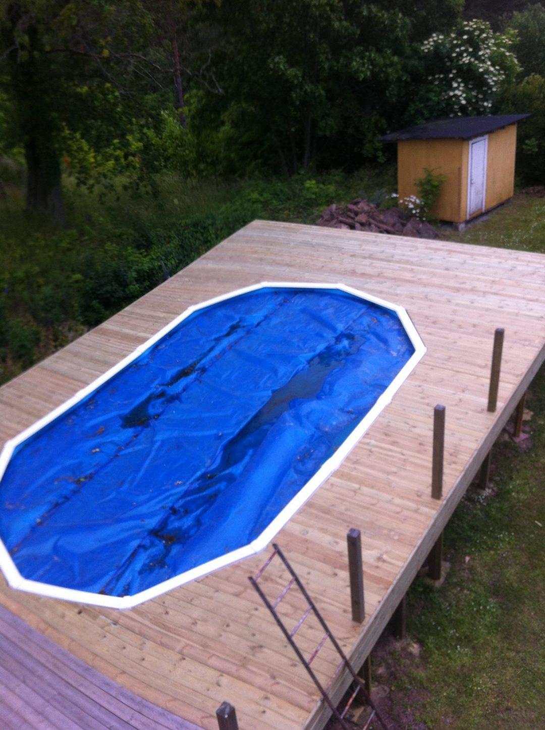 Trädäck runt pool